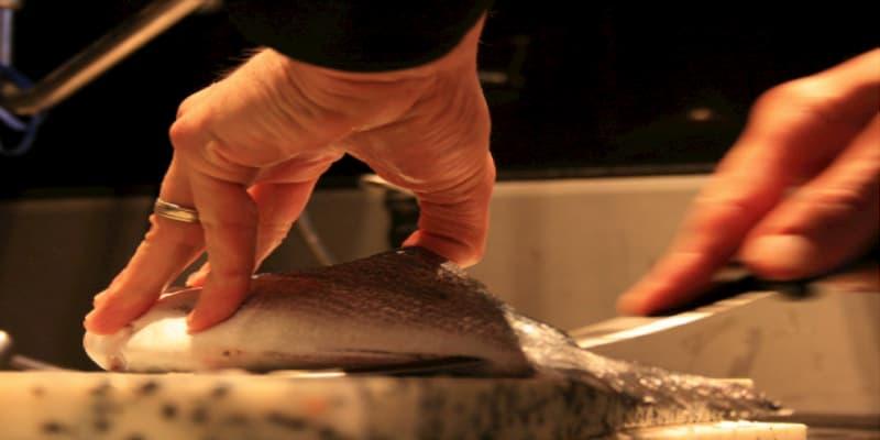 Restaurateur travaillant du poisson frais